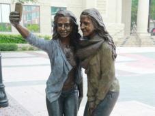 Estatua de chicas tomándose 'selfie' es calificada de inútil en Texas http://noticiasdechiapas.com.mx/nota.php?id=85329
