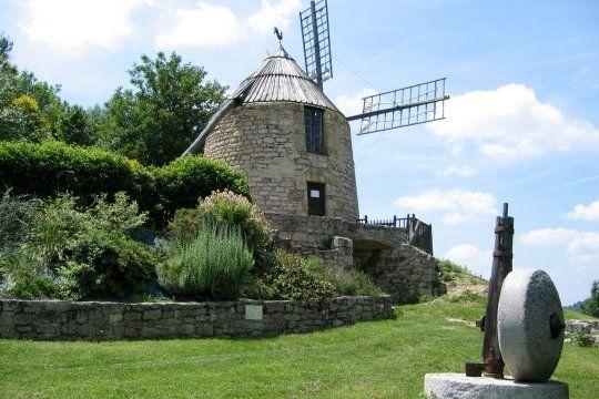 Le moulin de la Salette se trouve au sommet du très joli village de Lautrec, dans le Tarn.  © Roland Courtin