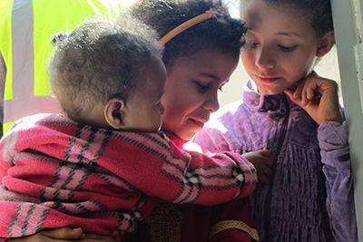 Dans l'attente d'une consultation pédiatrique Item Category Parrainer - Enfants Du Désert
