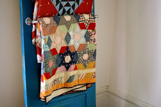 DOES ANYONE KNOW WHERE I CAN FIND A PATTERN FOR THIS OLD FASHIONED QUILT?? Ashley's score.  6 point stars, hexies, diamond border.
