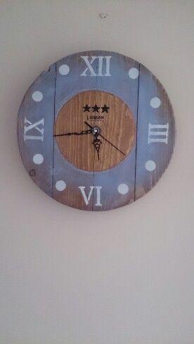 Reloj hecho con madera reciclada de palets, handmade