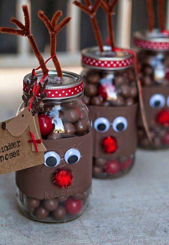 bricolage de Noël - des bocaux en verre remplis de chocolats et décorés de bois de renne en nettoie-pipes, yeux artificiels et nez en pompons: