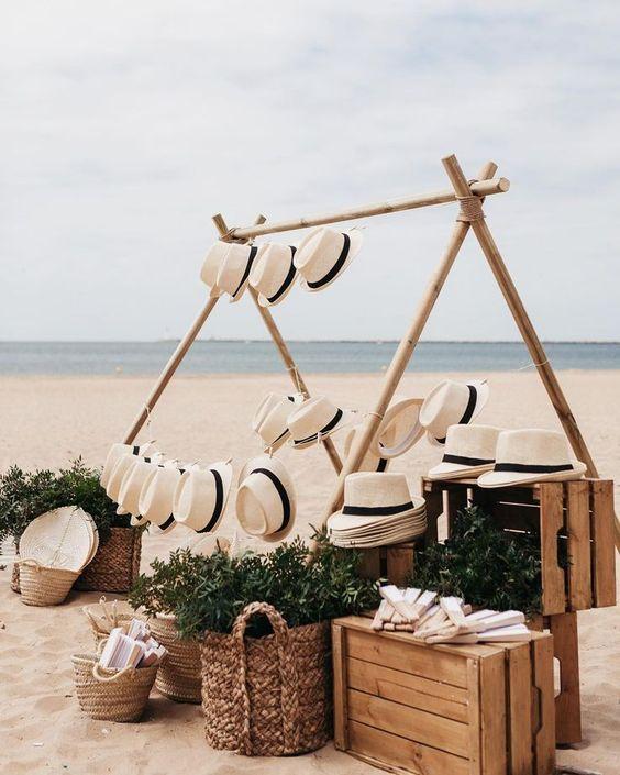 Si algo tenemos en Andalucía en las bodas de verano es sol y calor. Hoy os traemos una buena idea para las ceremonias y cocktails en los que se prevee que el sol apriete: sombreros para ellos y abanicos divinos para ellas. Este fue el córner de obsequios que preparamos para la boda de Els y Miguel �ngel en la playa. Quedó superbonito! Fotón de @albertoymaru . #wedding #weddinghuelva #weddingplannersevilla #weddingplannerhuelva #regalosboda #weddingbeach #summerwedding #weddingfavors #weddingide