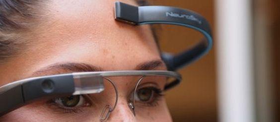 Fotografiar con la mente La compañía This Place presentó una aplicación (MindRDR) que se conecta a Google Glass a través de un dispositivo de encefalografía (EEG) portátil, otorgando al usuario la habilidad de tomar fotografías con el poder de su pensamiento.