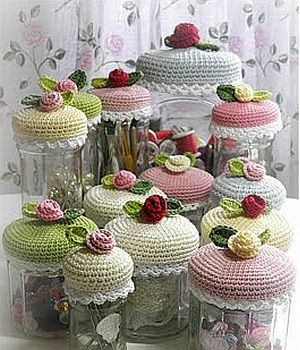 Free crochet pattern - floral jar cozies. Nx