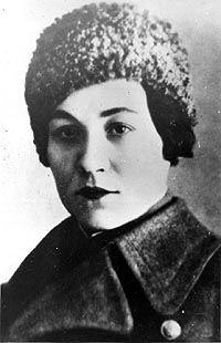 Mariya Oktyabrskaya: Fue la primera tanquista en convertirse en Heroína. Nació en Crimea (Ucrania) 16 de agosto de 1905.Con 38 años el 21 de octubre de 1943 Mariya participo en su primera batalla. Durante un ataque nocturno su tanque fue impactado y ella salió a reparalo, bajo intenso fuego enemigo y un trozo de metal golpeo su cabeza quedando inconsciente. Estuvo en estado de coma 2 meses muriendo el 15 de marzo de 1944.