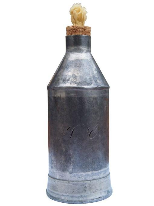 Biberón de hojalata. Fuerte, barato y popular con las iniciales del bebé grabadas de finales S. XIX