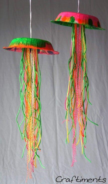 Medusas hechas con platos de papel, pintura e hilos de colores.