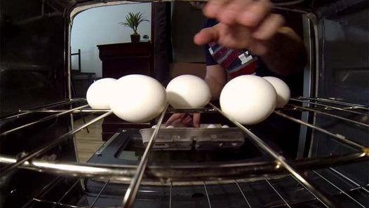 Ele coloca os ovos no forno, e depois… UAU! Quem me dera saber disto mais cedo!