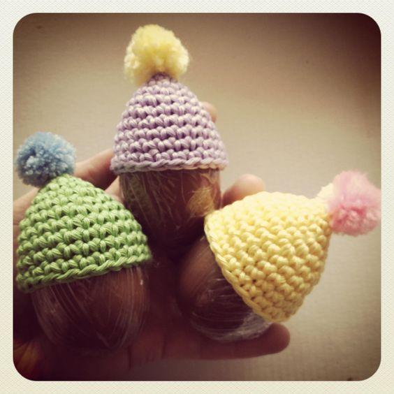 Gorros en crochet para huevos de chocolate.