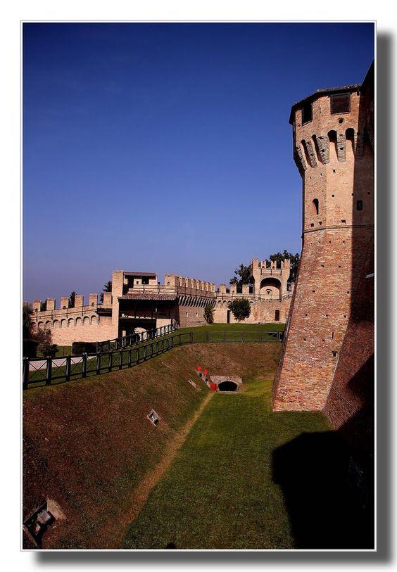 Prospettiva del castello di Gradara.  PU, Itàlia
