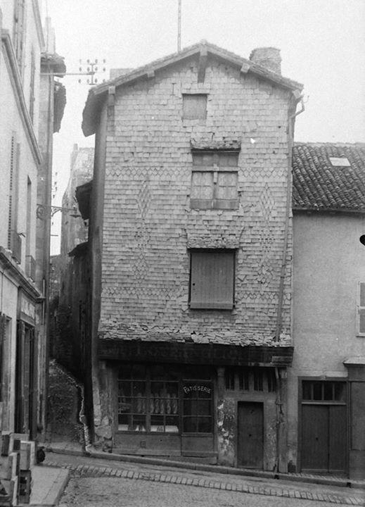 POITIERS - Boulangerie au n°63 de la Grande Rue, face a la Rue Saint Fortunat. - Photographie date inconnue. https://www.google.fr/maps/@46.5815567,0.350295,3a,75y,23.96h,82.19t/data=!3m6!1e1!3m4!1sIlnYMepNjkpre1YkIU9RXg!2e0!7i13312!8i6656