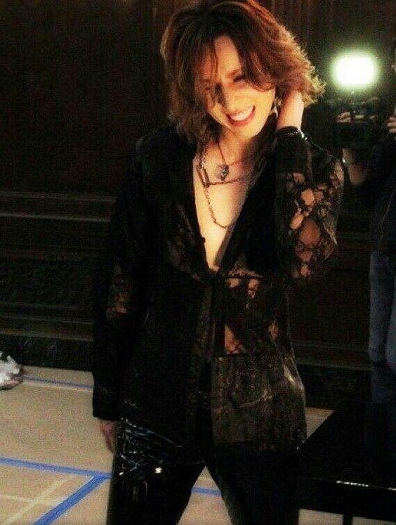 シースルーの黒いジャケットを着ているXJAPAN・YOSHIKIの画像