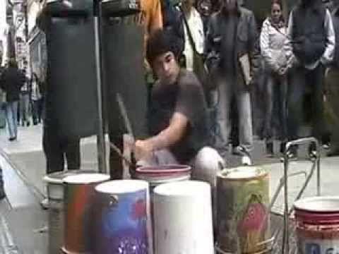 """#Música """"Electrónica"""" con baldes (Artista callejero). #music"""