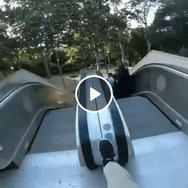 Um jeito bem radical para descer a escada rolante