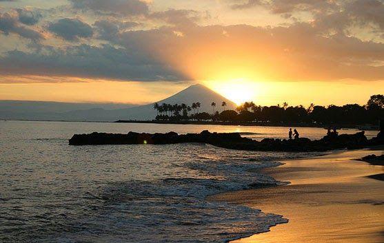 17 Gambar Pemandangan Pantai Dan Ada Orangnya 10 Pantai Di Indonesia Dengan Pemandangan Sunset Paling Download Foto Peman Di 2020 Pemandangan Pantai Pulau Lombok