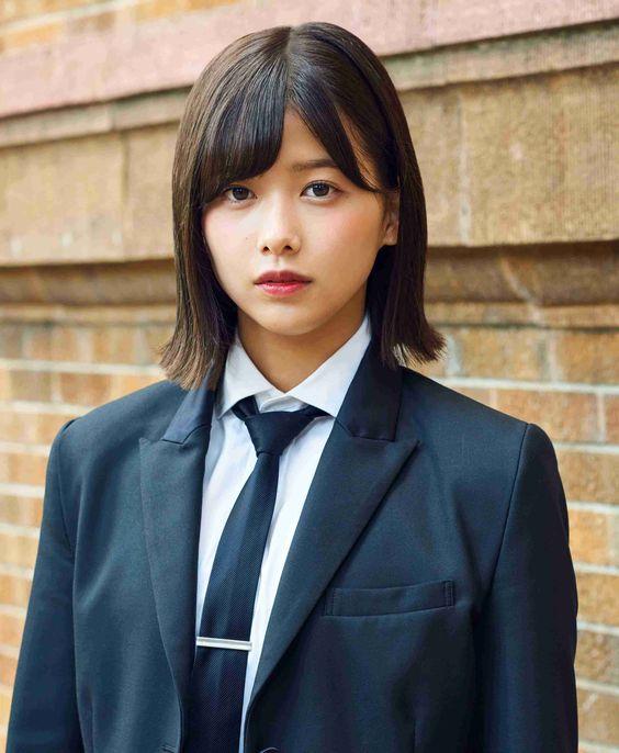 黒いスーツの渡邉理佐