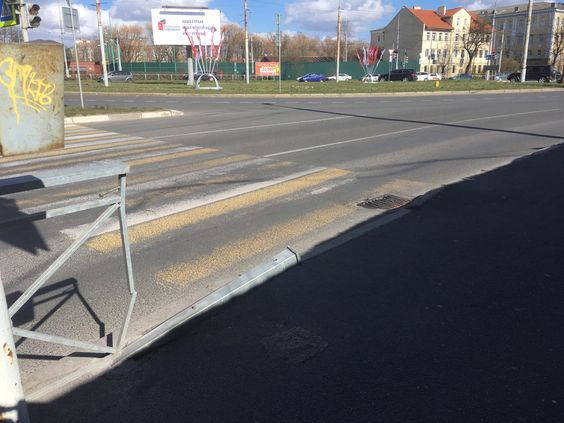 Слева - кнопка для перехода через дорогу