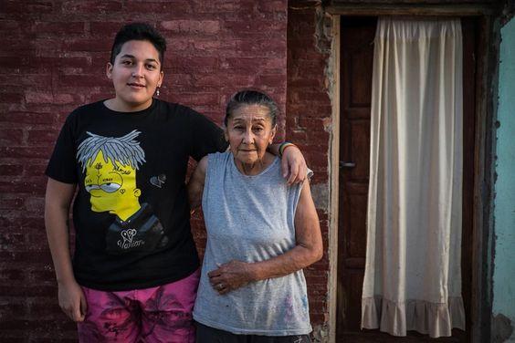 Junto a su abuela, la mujer que lo crió en Santiago del Estero cuando quedó huérfano por un femicidio (Joaquín Camiletti)