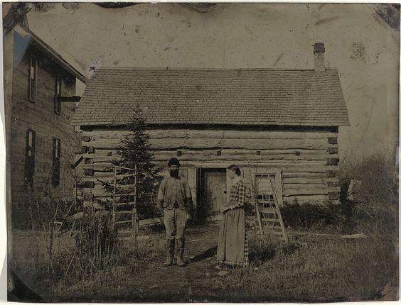 Anonymous | Gezicht op een houten huis of schuur met een man en vrouw ervoor, Anonymous, c. 1870 - 1875 |