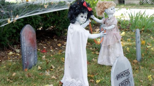 outdoor halloween decorations diy | Handmade DIY Halloween Decorations - Creepy Dead Dolls Playing