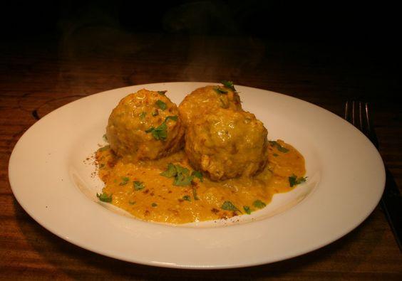 Malai Kofta sind indische Bällchen, die aus Gemüse und Paneer Käse gemacht werden. Es ist ein sehr beliebtes vegetarisches Gericht. Um es zu veganisieren, machen wir in diesem Rezept den Paneer-Käse selbst.