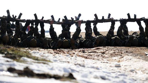"""Sergei Gapon / AFP PHOTO - Soldados da Bielorrússia demonstram suas habilidades durante um festival militar no memorial """"Stalin Linha"""" perto da aldeia de Loshany,  em 27 de Fevereiro de 2016. Foto: Sergei Gapon/AFP PHOTO"""