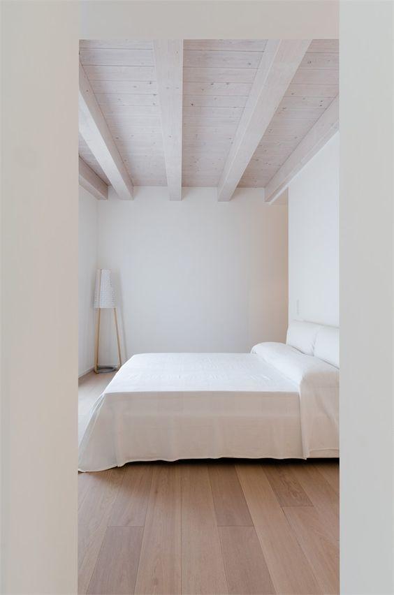 habitación blanca y suelo de madera
