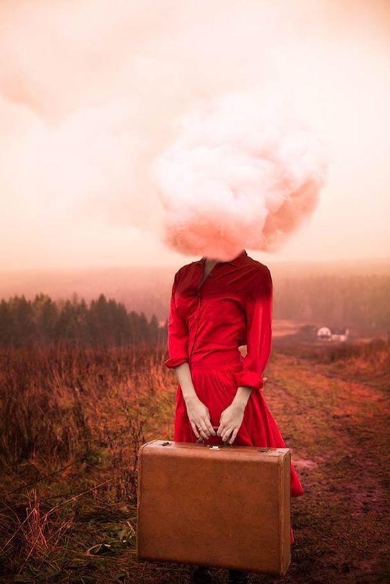 Les auto-portraits surréalistes de la photographe Alicia Savage. Des portraits oniriques et conceptuels, à la fois doux et chargés d'émotions.