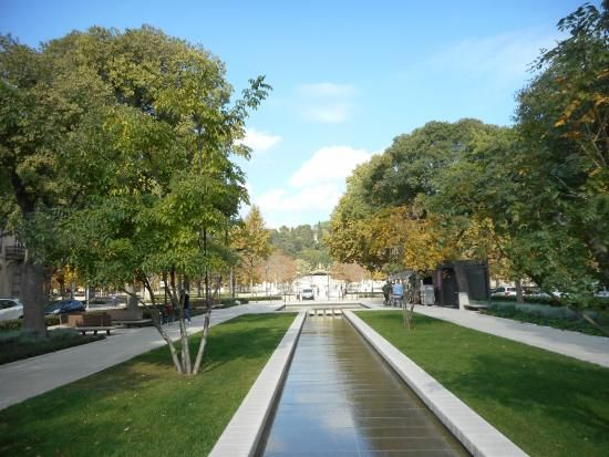 Enfilade NIMES au fond l'entrée principale des jardins de la Fontaine