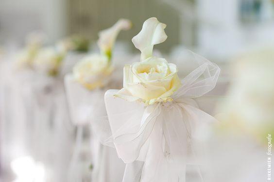Weddingstyling de versiering aankleding tijdens een bruiloft strik tule bloem roos - Decoratie geel ...