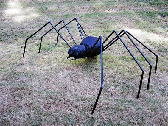 Spooky Halloween projects to decorate your yard-PVC spider - giant spider halloween decoration