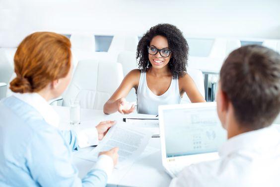 Jedes Bewerbungsgespräch beginnt mit Smalltalk. Doch viele Bewerber unterschätzen den. Studien zeigen: Diese ersten 5 Minuten entscheiden alles...  http://karrierebibel.de/jobinterview-smalltalk-entscheidende-5-minuten/
