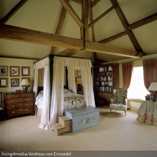 Traumhaft Schlafen unter dem Dachstuhl – in diesem Himmelbett kein Problem. Das hohe Bett harmoniert mit dem weitläufigen Dachstuhl.