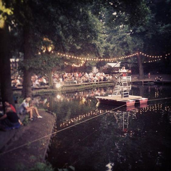 Cafe am neuen See, Lichtensteinallee 2, 10787 Berlin, Ganztägig saisonale Küche am Kamin oder draußen am Wasser, vom Frühstück über die Pizza bis zum Cocktail