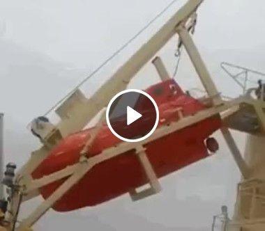 Bote é lançado em alta mar em resgate.