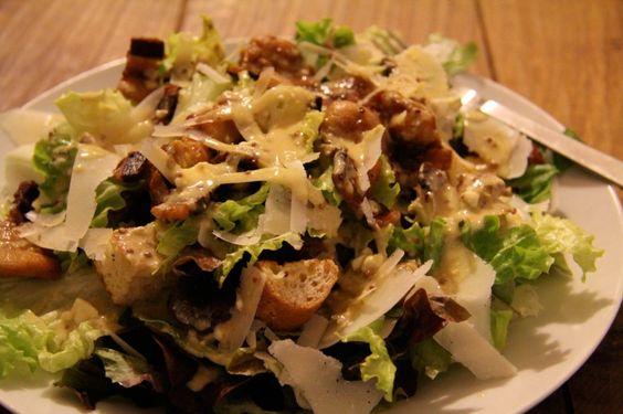CAESAR SALAD -  Samstag vor zwei Wochen beim Einkaufen am Markt hatte ich plötzlich voll Bock auf einen Caesars Salad. Also hab ich mich mal selber an dem Klassiker versucht. Jetzt im Frühling find ich so Salate mit Nährwert recht passend.