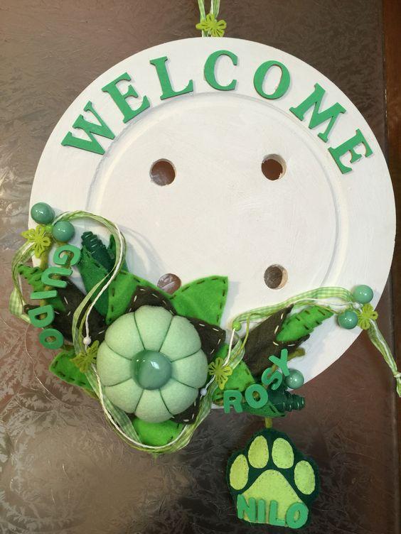Bottone in legno, bianco, con decorazioni in varie sfumature di verde, con impronta!