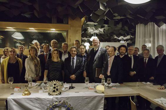 Miembros y amigos del Rotary Club San Sebastián, en compañía de Miguel Angel Revilla, tras su entretenida cena coloquio, en favor en un proyecto solidario (8 Abril 2016)