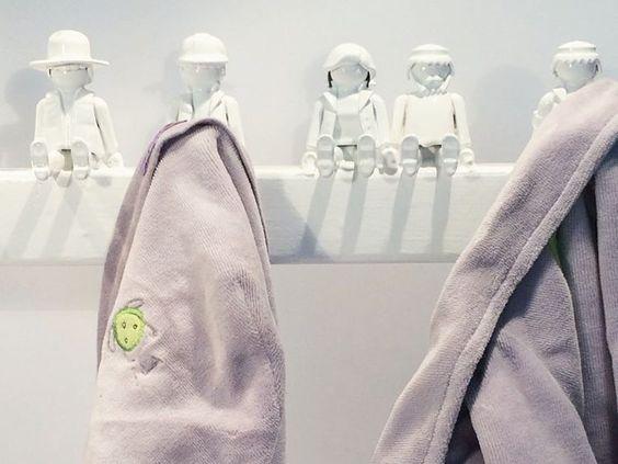 DIY-Anleitung: Garderobe aus Playmobil-Figuren bauen via DaWanda.com