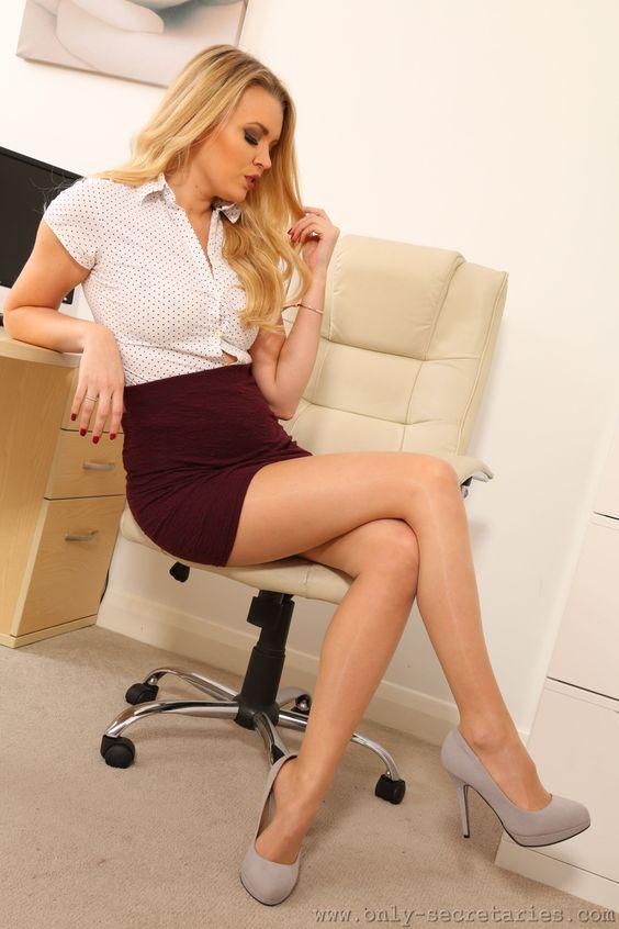 Sexy, Hot, Secretary, Sekretärin, Office, Büro, long Legs, lange Beine, Lingerie, Dessous, Unterwäsche, Nylons, Thights, Pantyhose, Strumpfhos