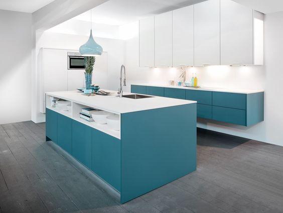 Moderne, witte keuken met blauwe accenten. deze moderne keuken in ...