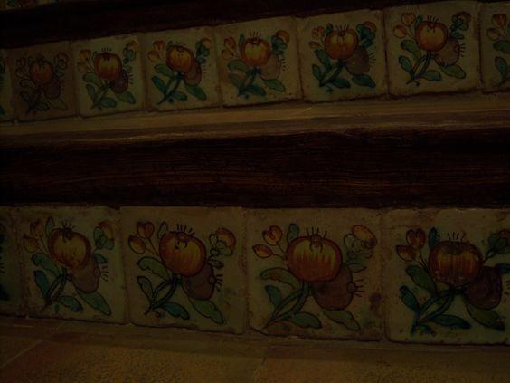 Azulejo valenciano en contrahuella.Siglo xvIII con el motivo de la pometa (manzanita), dos tallos entrecruzados con hojas y dos frutos.