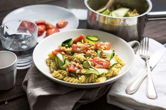 Pasta pesto met gegrilde tomaten en courgette linten