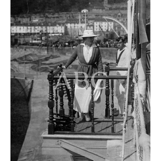 L/09/1916 A JORNADA REGIA EN SAN SEBASTIÁN. SU MAJESTAD LA REINA EN EL DESCANSILLO DE LA ESCALA DE MAR DEL CLUB NÁUTICO DESPUÉS DE LAS REGATAS: Descarga y compra fotografías históricas en | abcfoto.abc.es