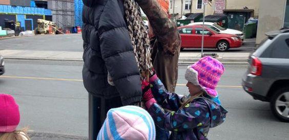Niños atan abrigos en postes para que gente sin hogar resista el Invierno | VoxPopulix.com #Actualidad #Historias