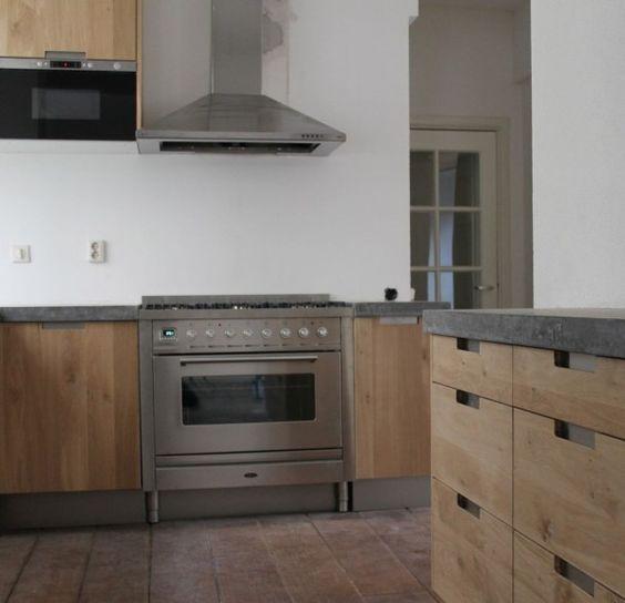 groot betonnen blad met echt massief eiken houten keukendeuren en ikea keuken kasten in de stijl. Black Bedroom Furniture Sets. Home Design Ideas