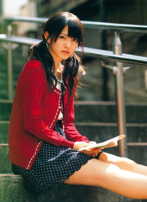 鈴木愛理清楚な姿で読書をする画像