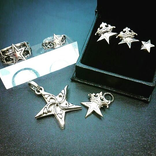 さて、本日ご紹介するアイテムはこちら!!!!!    大人気スターモチーフです!!   星モチー星モチーフは健康や財運が上がると言われています!何か叶えたいことがある時にも135 TRIPLE STAR MESH ¥72,360-(税込)     SR224 Star Heart Band \31,320-(税込)     SE917  Small Solid Starw/ Crown Studs  \10,260-(税込)     SE917-PCZ Small Solid Starw/ Crown Studs w/ Pave CZ on inner star & 1 CZ on middle of  Crow \23,220-(税込)     SE913 Small outlined star stud \8,640-     SP832 VINE STAR  44,280-(税込)     SP245 SMALL SOLID STAR W/CROWN \20,520-(税込)  V  入荷するとすぐになくなってしまうアイテムばかりですので雨に負けずにゲットしてくださいね!