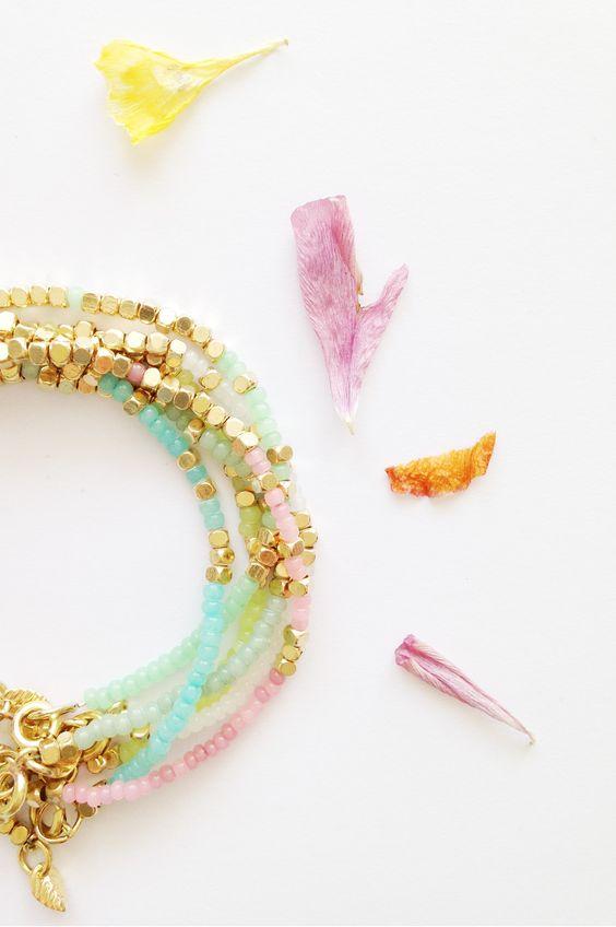 CORAIL MENTHE - www.corailmenthe.com Pastel beads and brass bracelet